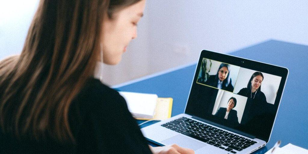 étudiante en visio sur son ordinateur